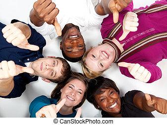 Caras de sonrientes estudiantes universitarios