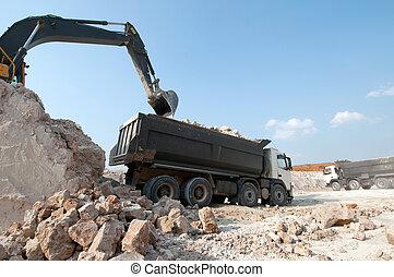 Cargando un gran material de construcción de camiones