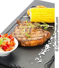 Carne asada con salsa y verduras