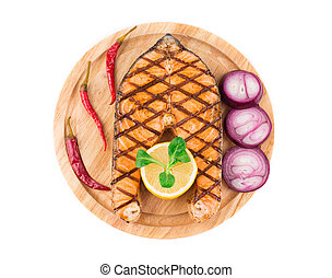 Carne asada de salmón en bandeja de madera.