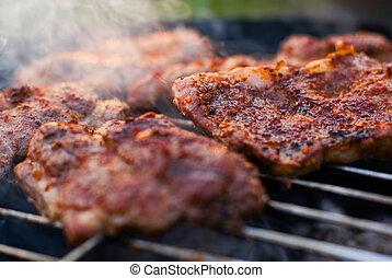 Carne asada en la parrilla.