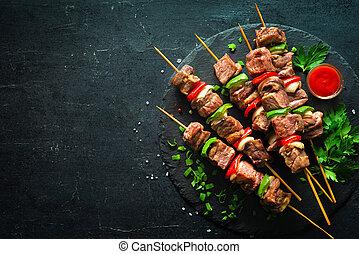 Carne asada y verduras en brochetas