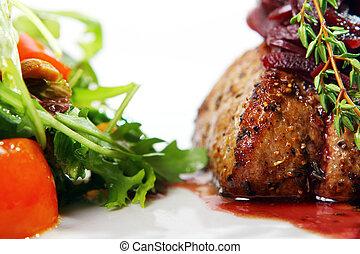 Carne fresca y sabrosa con guarnición gourmet