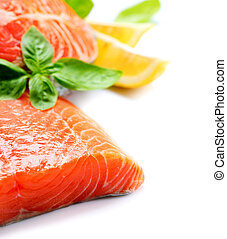 Carne roja de salmón cruda con hierbas y limón aislado en blanco