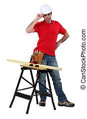 Carpenter tenía una tabla de madera en el banco de trabajo