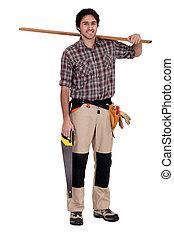 Carpintero con sierra y madera