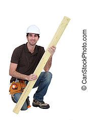 Carpintero con tabla de madera