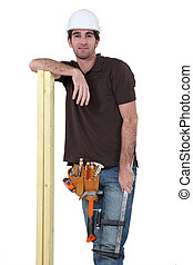 Carpintero con tablas de madera