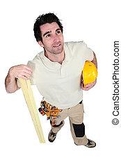 Carpintero sosteniendo una tabla de madera
