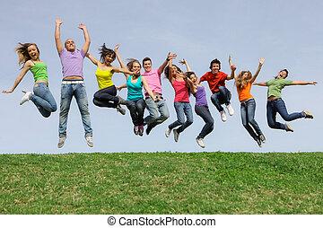 carrera, grupo, saltar, diverso, mezclado, sonreír feliz