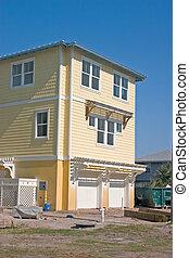 Casa amarilla en la playa