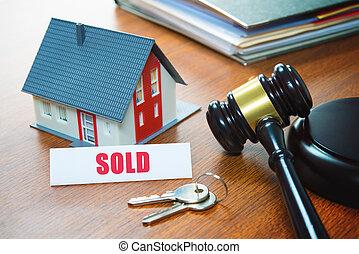 Casa con martillo. Ejecución hipotecaria, bienes raíces, venta, subasta, negocios, compra