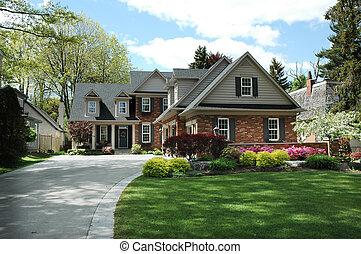 Casa con persianas negras