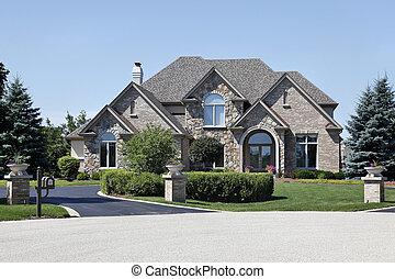Casa de ladrillos y piedra con techo de cedro
