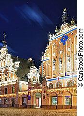 Casa de los Blackheads durante la noche en Riga