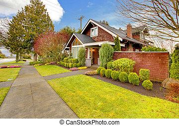 Casa exterior de primavera con sidra marrón