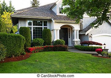 Casa exterior limpia durante la temporada de primavera