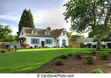 Casa familiar con árbol