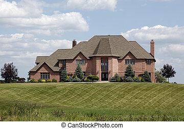 Casa lujosa con jardín manicurado