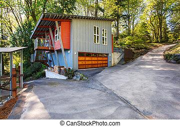 Casa moderna con garaje y vista al lago.