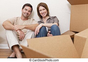 casa, pareja, cajas, embalaje, mudanza, desembalar, o, feliz