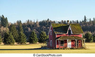 Casa roja vacía destruida