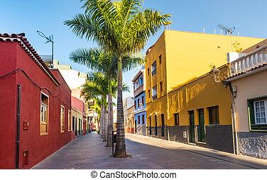 Casas coloridas en la calle en Puerto de la Cruz, Tenerife, Islas Canarias
