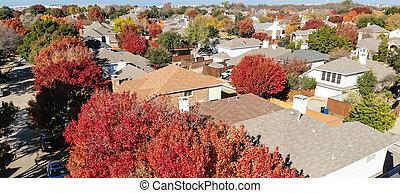 Casas de primer plano panorámico coloridas durante la temporada de otoño en zona residencial cerca de Dallas
