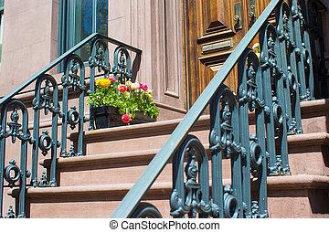 Casas viejas con escaleras en el distrito histórico de West Village