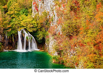 Cascada en el bosque de otoño