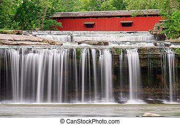 Cascada y puente cubierto