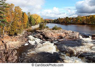 Cascando ríos y colores de otoño