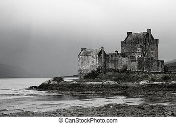 Castillo escocés en el lago