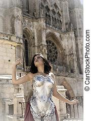Catedral, Reina con armadura de plata y oro, hermosa mujer morena con abrigo rojo largo y cabello castaño