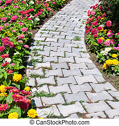 Causa y cama de flores colorida