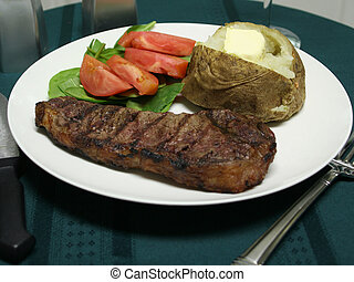 Cena de carne asada con utensilios