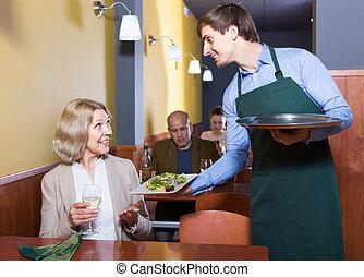 cena, teniendo, retrato, mujer, maduro, camarero