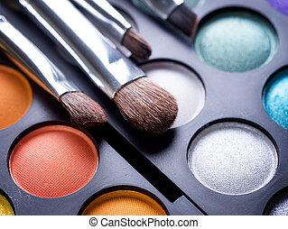 Cepillos de maquillaje y sombras de maquillaje