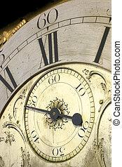 Cerca de la cara de un antiguo reloj de abuelo.