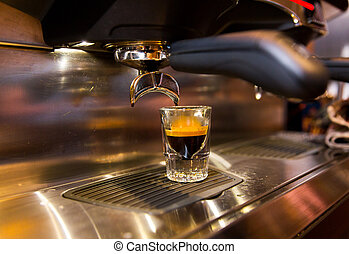 Cerca de la máquina de café expreso