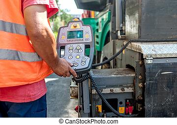 Cerca de la mano de obra operando maquinaria de asfalto asfaltado