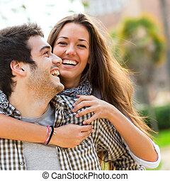 Cerca de la pareja divirtiéndose al aire libre