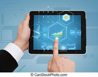 Cerca de manos de hombre tocando tablet pc