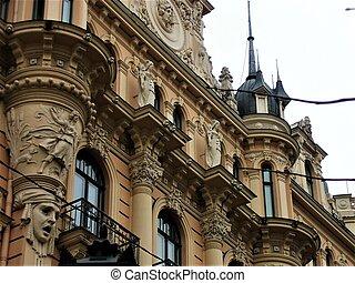 Cerca de un edificio con figuras en Riga