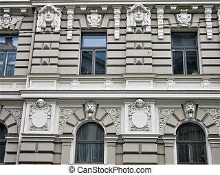 Cerca de un edificio de arte nouveau en Riga