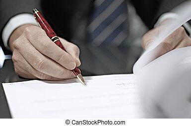 Cerca de un hombre de negocios firmando un contrato.