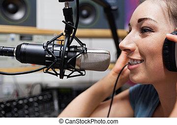 Cerca de un joven anfitrión de radio