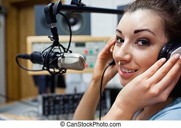 Cerca de un joven anfitrión de radio posando