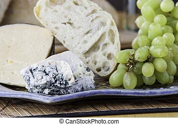 Cerca de un plato de queso con pan