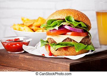 Cerca de una hamburguesa casera con patatas